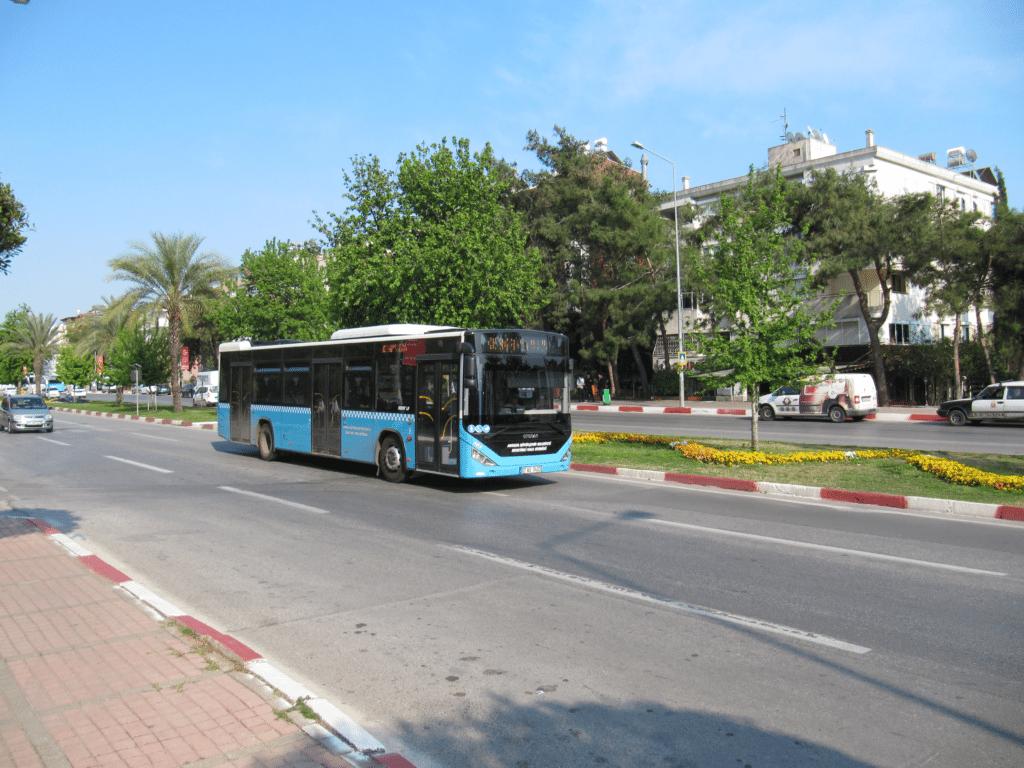 Автобус на бульваре Ататюрка в Гюрсу