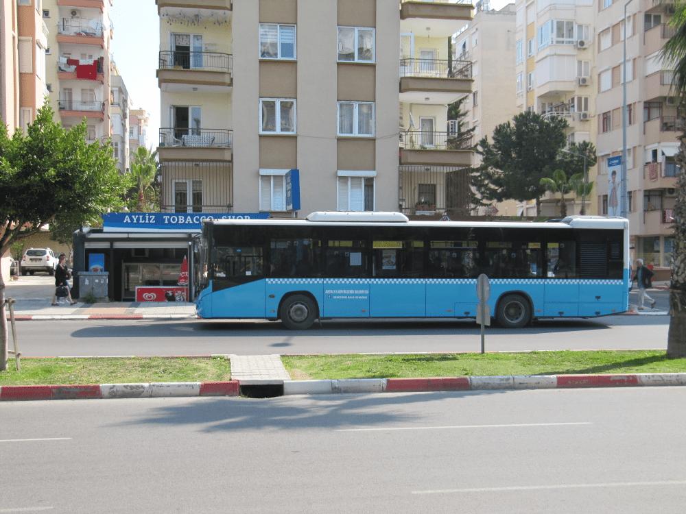 Автобус на бульваре Гази Мустафа Кемаль