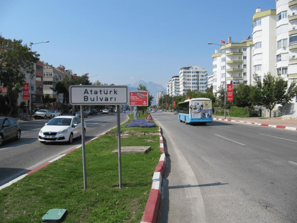 Бульвар Ататюрка ведёт в Лиман и далее в Кемер