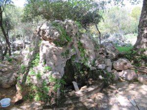 Камень - питьевой фонтанчик