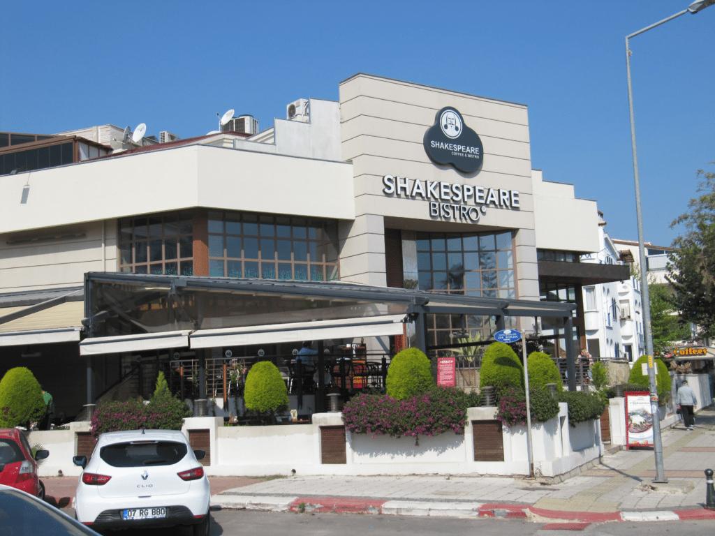 Кафе Шекспир в Гюрсу возле моря