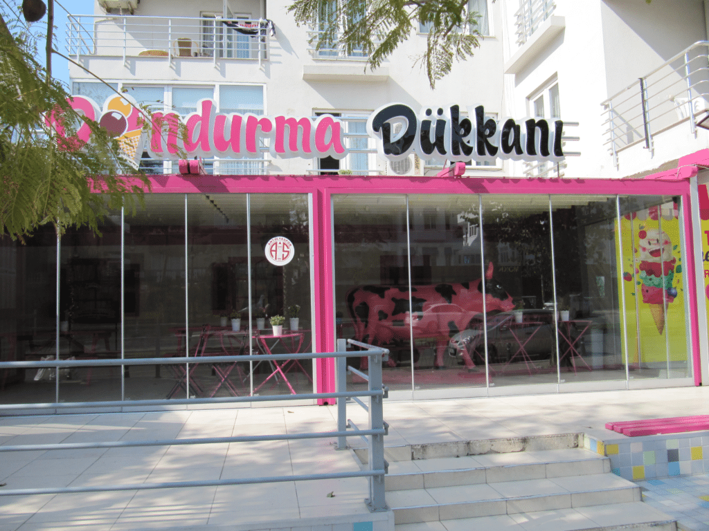 Кафе -мороженое на бульваре Гази Мустафа Кемаль