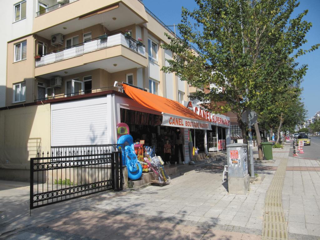 Небольшой супермаркет и пляжные товары на бульваре Гази Мустафа Кемаль