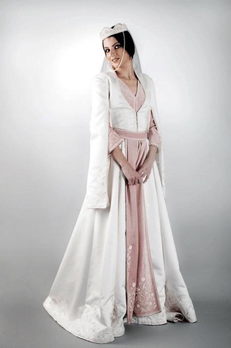 Национальный женский грузинский костюм